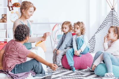 teacher teaching her students to speak